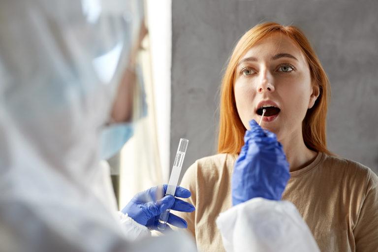 Badania na koronawirusa - w jaki sposób można sprawdzić obecność SARS-CoV-2 w organizmie?